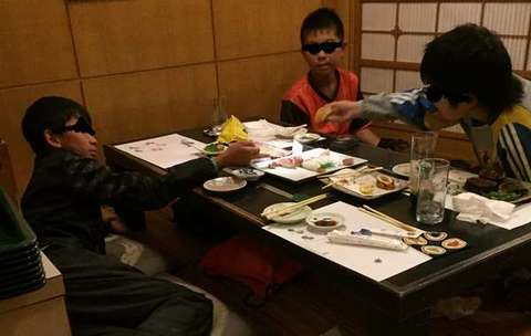 160507③sushiya-de-kuturogu-kodomo